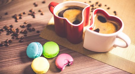 זוג כוסות ועוגיות שמסמלות אהבה בין שוגר דאדי לשוגר בייבי