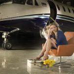 בחורה מחכה לגבר העשיר שלה ליד מטוס פרטי